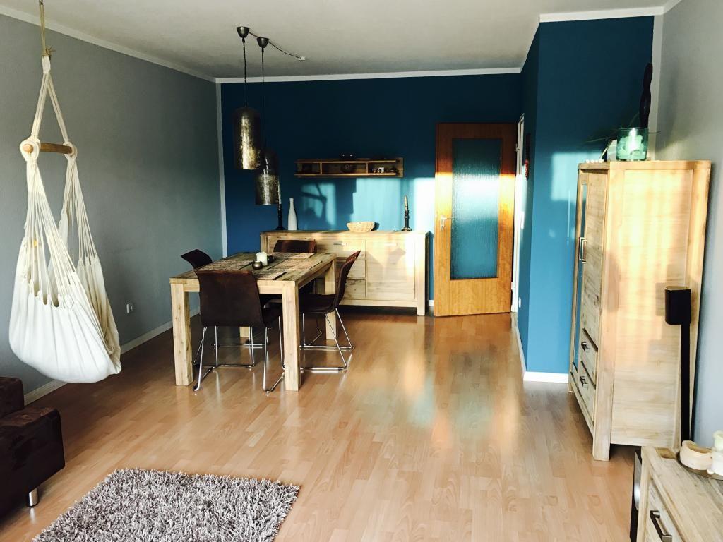 Großes Esszimmer Mit Holzmöbeln Und Farbiger Wand Als Eyecatcher #Esszimmer  #Wandgestaltung #blau #