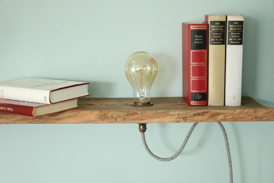 Vintage Lampe im Holzregal