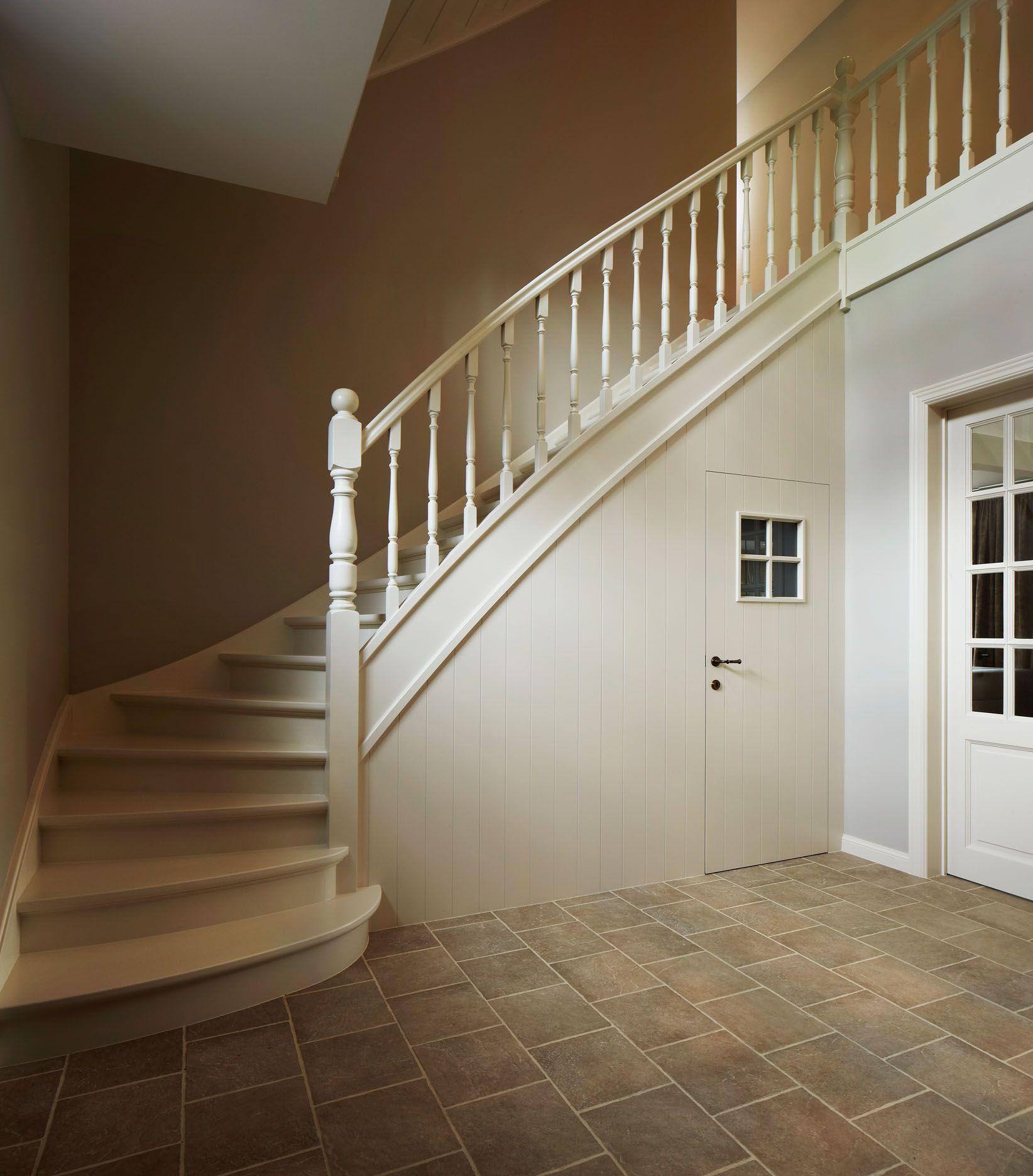 Landelijke trap met trapkast stairs pinterest trappen trap verlichting en google - Entreehal met trap ...