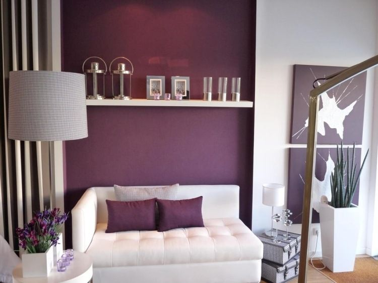 Aubergine Farbe fürs Wohnzimmer - weiße Wohnzimmermöbel | Guest ...