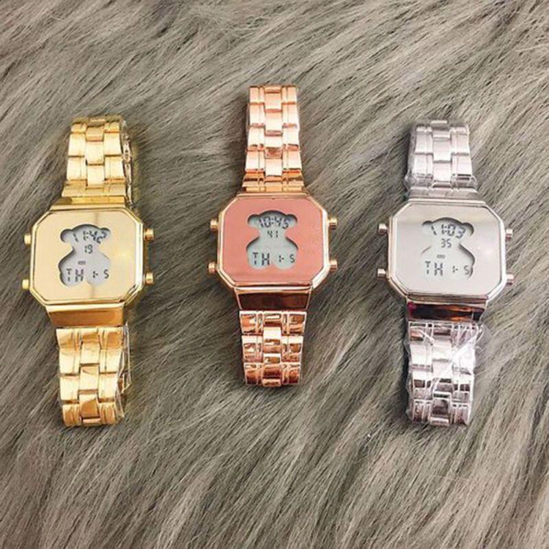 Set de relojes de pulsera de hombre y mujer   Vector Gratis