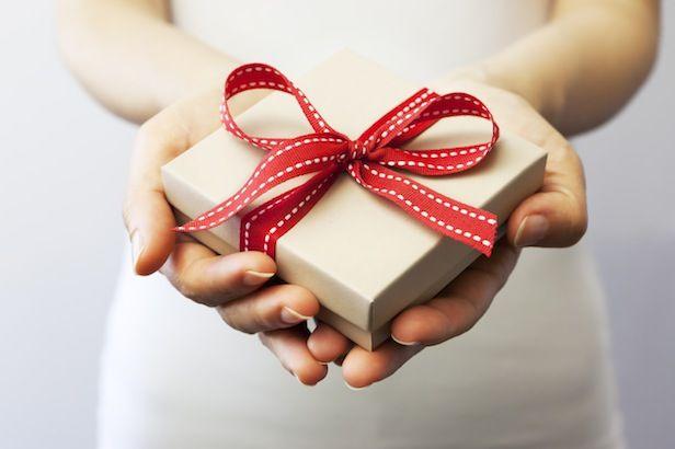 """""""Non è la dimensione del dono che conta, ma la dimensione del cuore che lo da"""". Frasi, citazioni e aforismi sul regalo e il dono"""