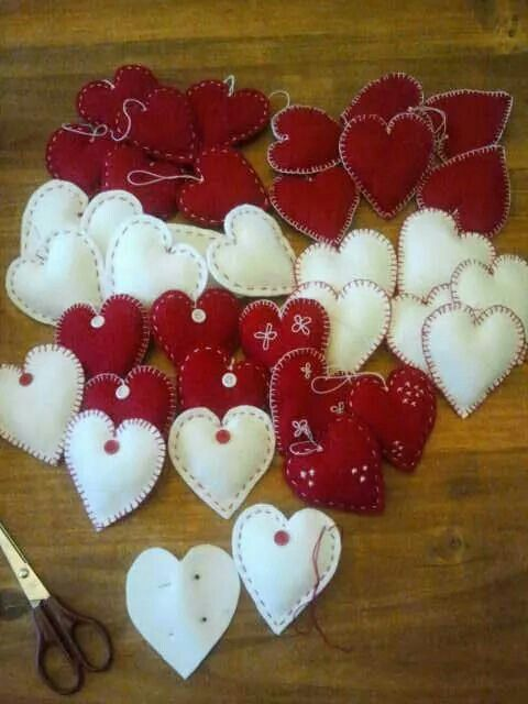 Hartjes van vilt gemaakt. Ik heb ze gemaakt voor de versiering van de kerstboom. Heb dus een kerstboom vol met deze hartjes.