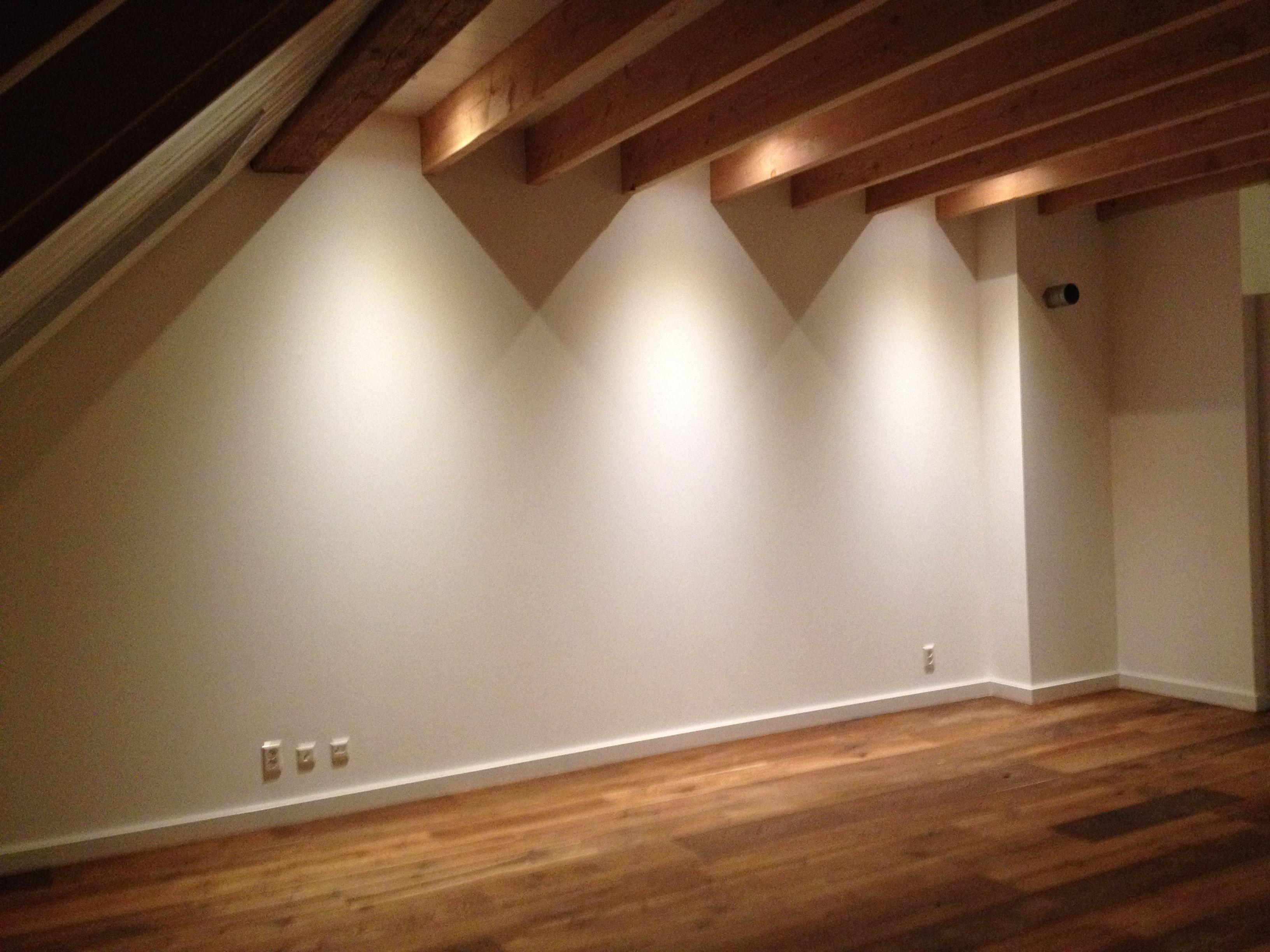 Deze spotjes in het plafond laten hun licht schijnen langs de