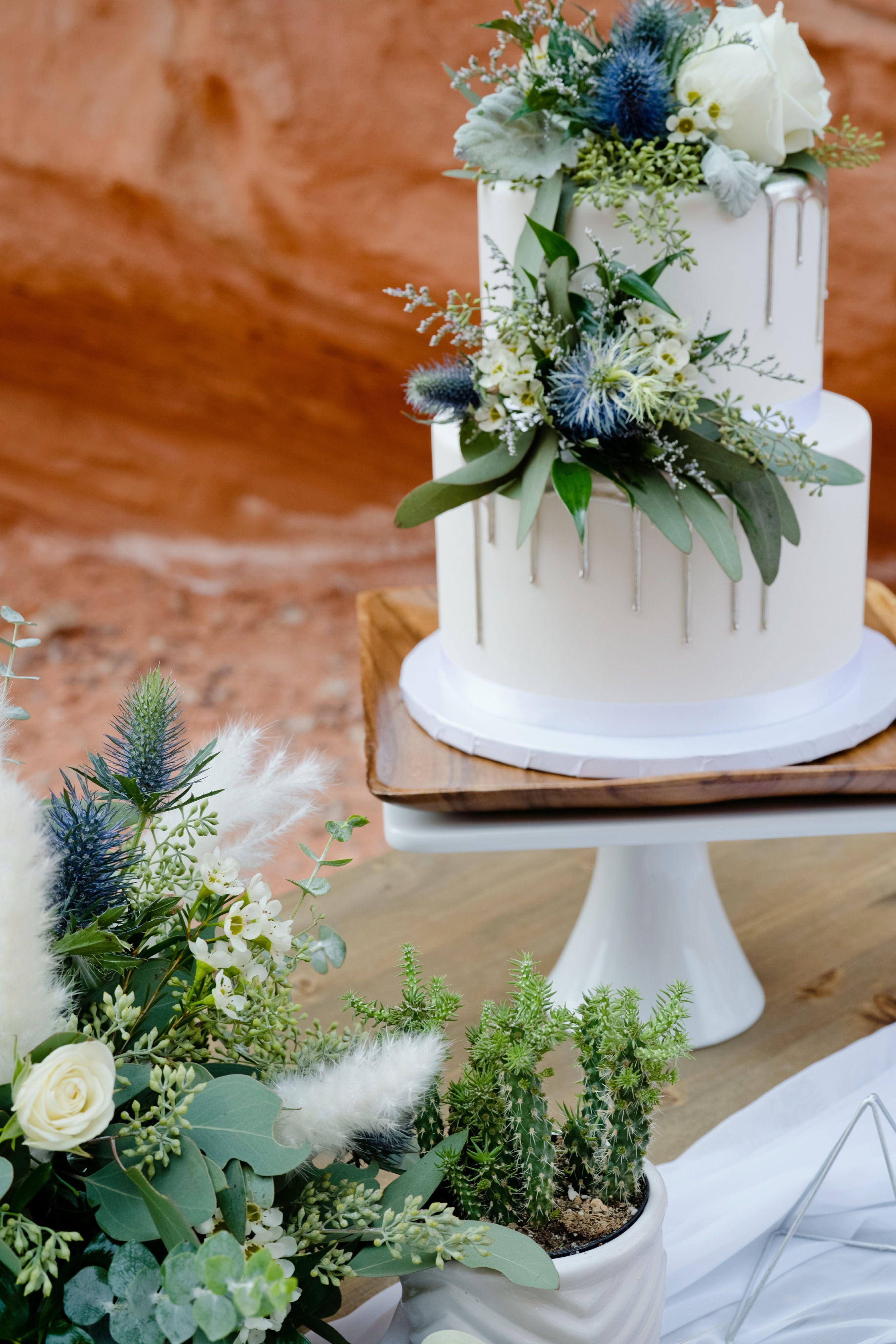 Simple Elegant Wedding Cake with Florals | Desert