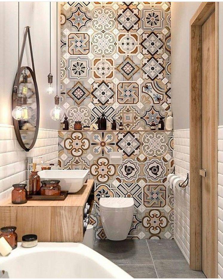 Ba o peque o con azulejos blancos y panel decorado tipo for Azulejo hidraulico bano