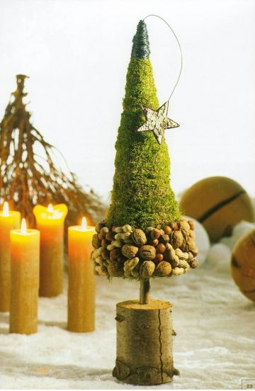 kerstboompje met vruchten en mos op stammetje