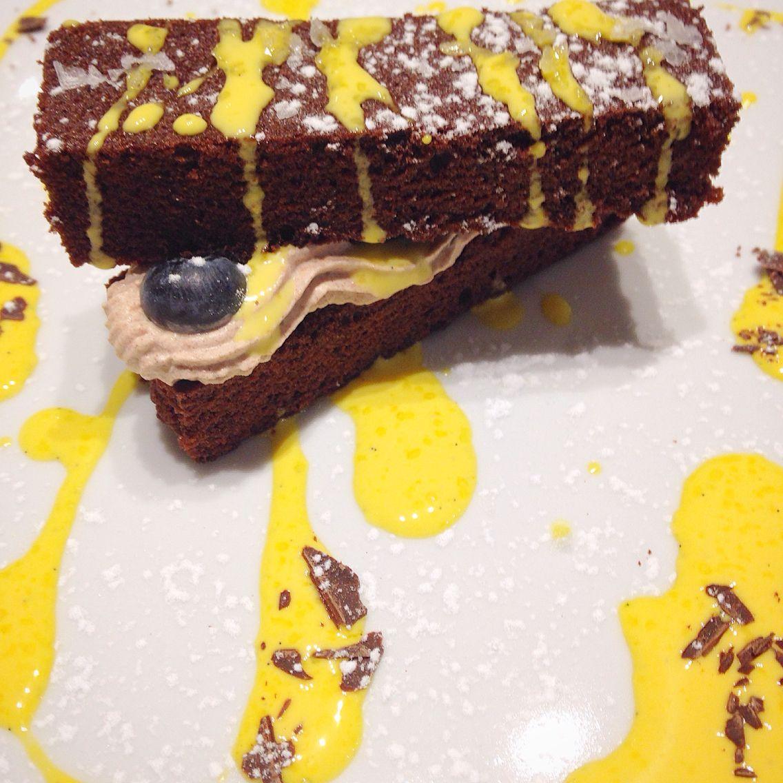 Tegolina al cioccolato e sale maldon con panna alla cannella, mirtilli e crema inglese alla vaniglia.