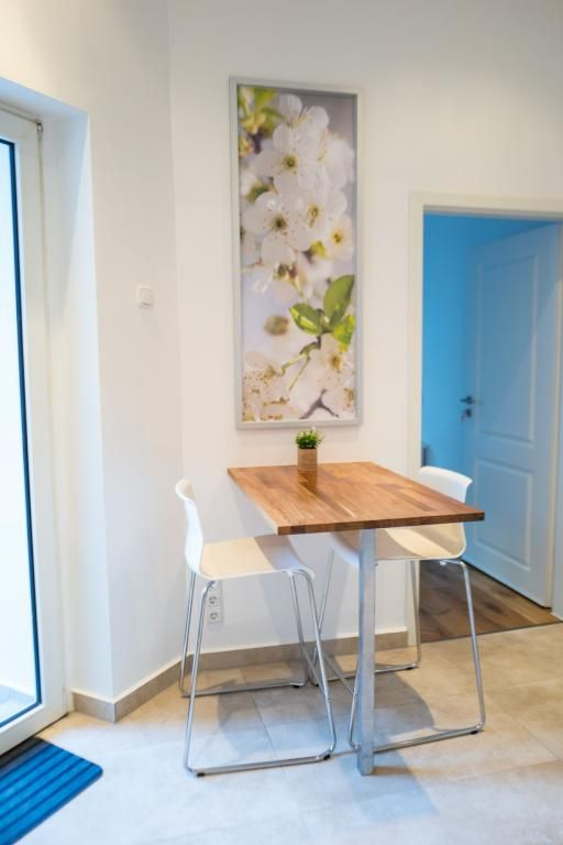 Gemütliche Essgelegenheit in der Küche mit kleinem Tisch und Barhockern. #Esszimmer #Essecke #Küche