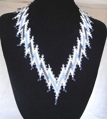 I saw this beautiful necklace on a old issue of Bead and Button and I'd done it in blue colors.