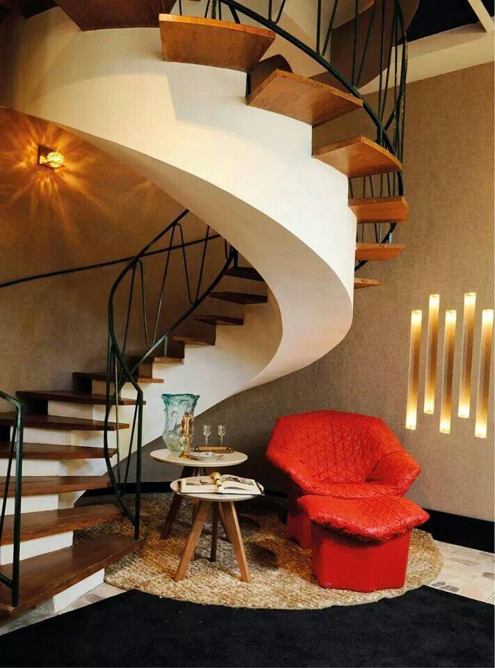 Escalera de caracol con escalones de madera volados for Ver escaleras de caracol