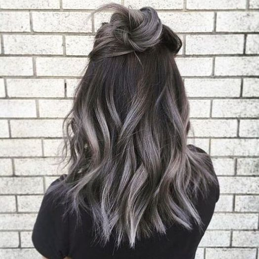 Le balayage gris sur cheveux noir corbeaux