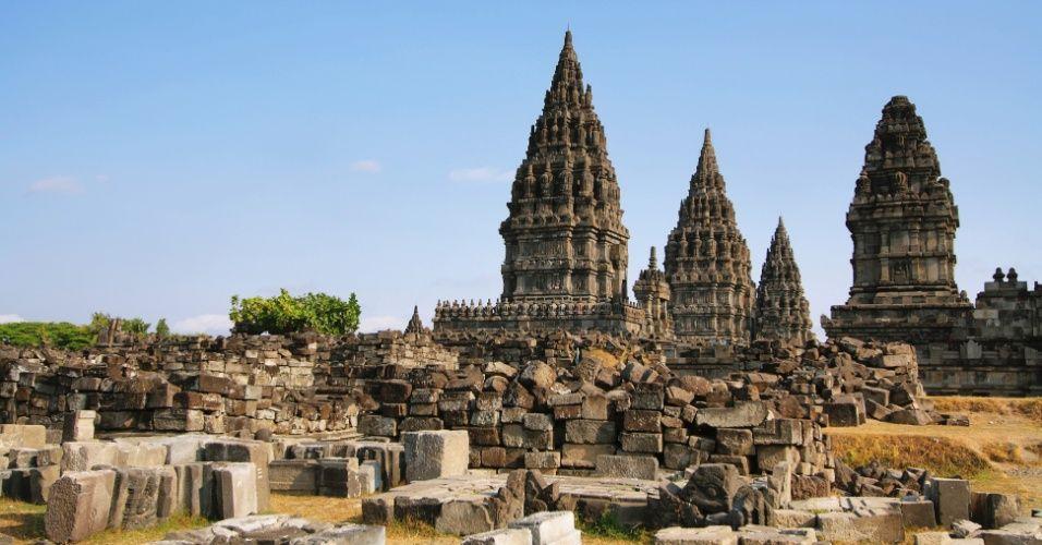 O templo de Prambanan na ilha de Java, na Indonésia, é o maior complexo de templos hindus do país e um dos maiores templos no sudeste da Ásia. O local, incluído na lista de patrimônio cultural da humanidade da Unesco, foi atingido pelo terremoto de 2006. A construção, que data do século 10, resistiu. Muitos acreditam que pela graça do deus Shiva, ao qual é dedicado