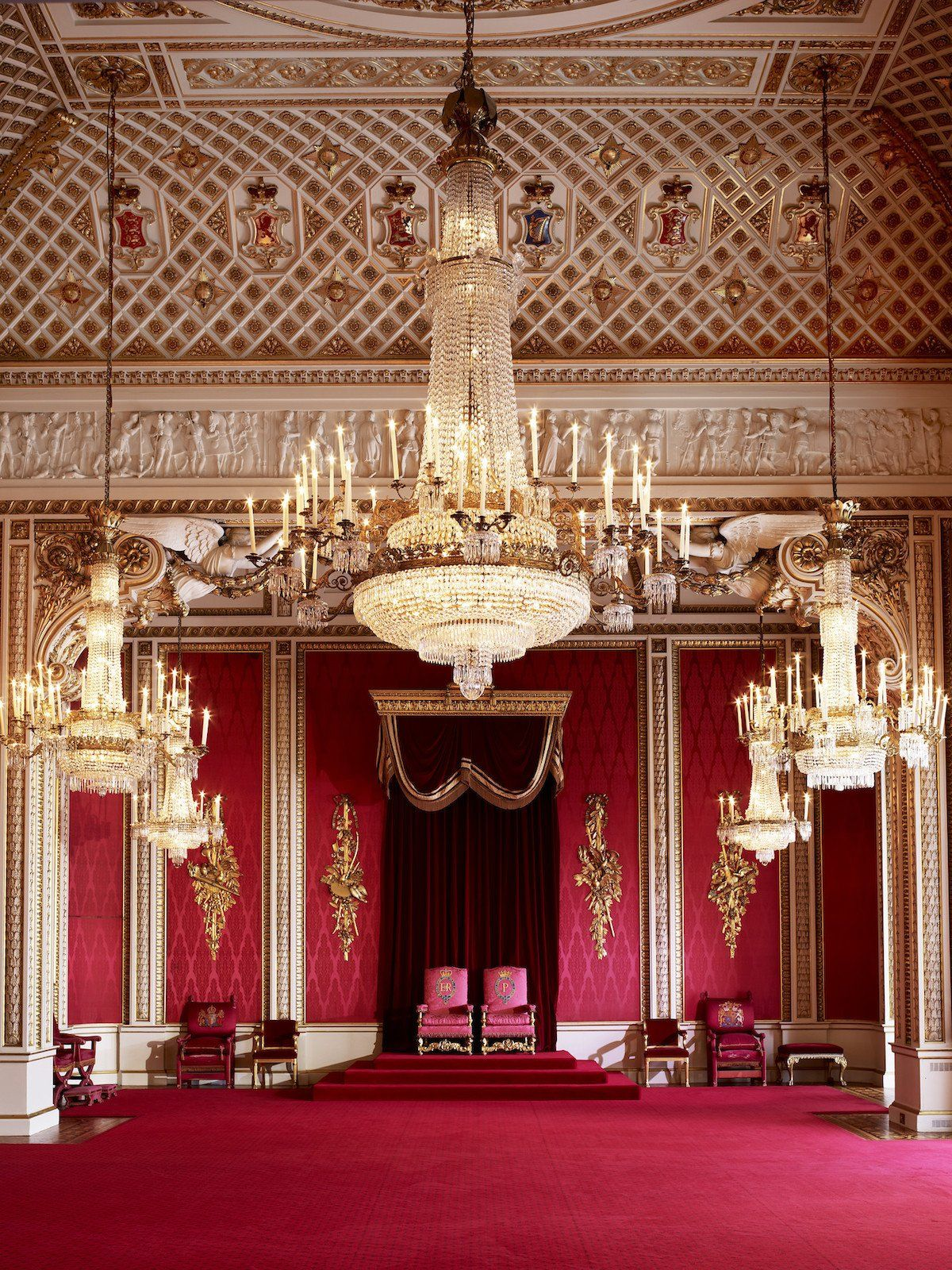 Take A Rare Glimpse Inside Buckingham Palace S State Rooms Where The Queen S Thrones Are On Display Buckingham Palace Throne Room Palace Interior