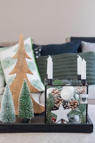 glaskasten weihnachtlich dekoriert mit zapfen und kugeln sch n bei dir by depot x mas. Black Bedroom Furniture Sets. Home Design Ideas
