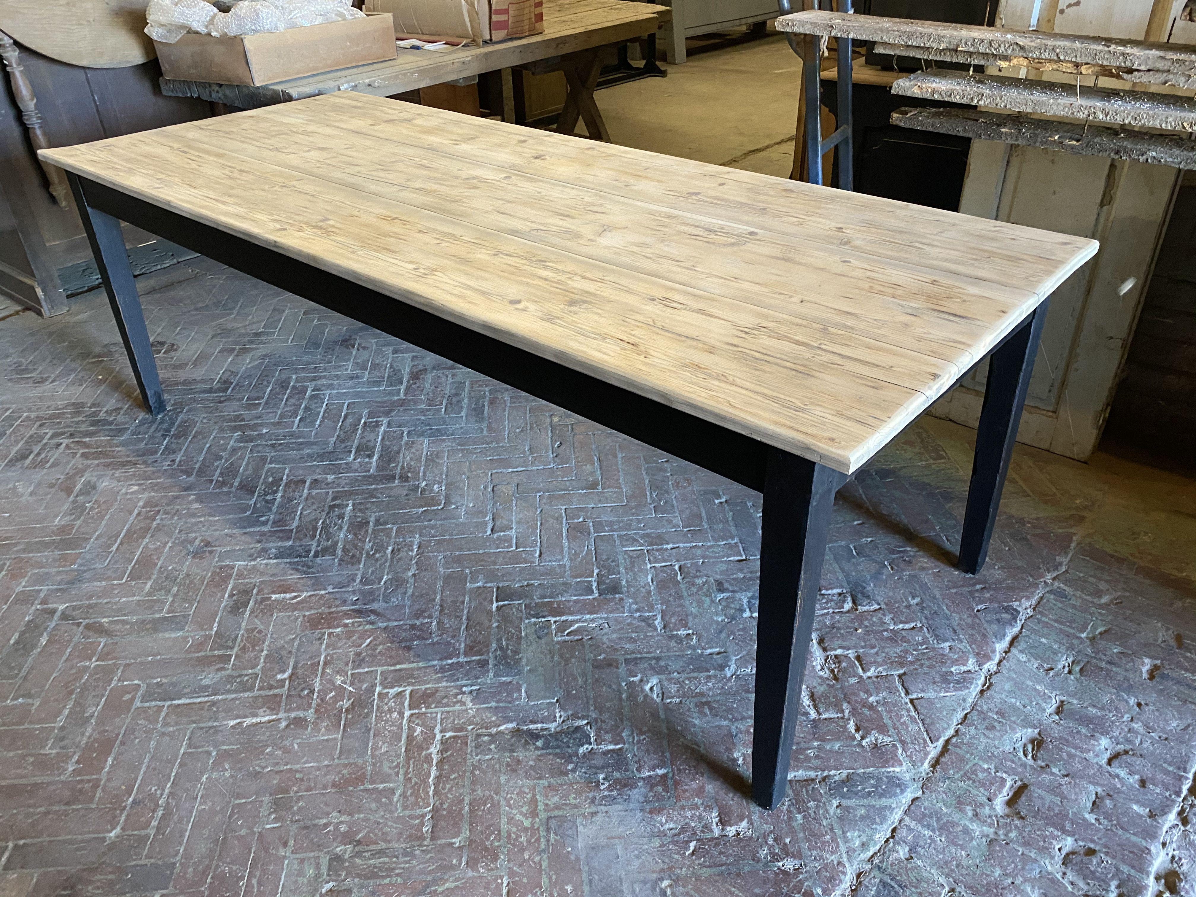 Cette table a été complètement restaurée Hauteur sous bandeau ...
