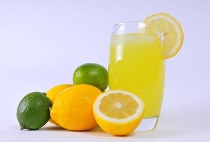 6.Citrónová šťava Je  výborným  dezodorantom pre  vašu  chladničku. Hubku  namočte do  citrónovej  šťavy,  položte  na  tanierik  a  vložte  na  noc  do  chladničky.Zaručene  pohltí  všetky  nežiadúce  pachy.