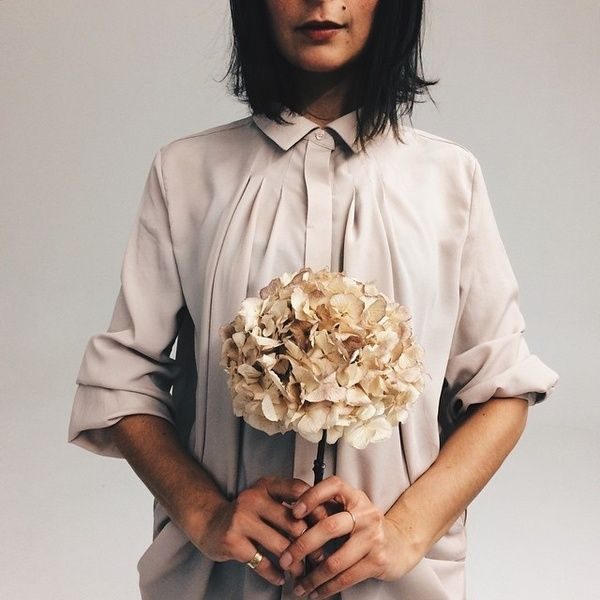 Ritratto di ragazza con neo + ortensia #VSCOcam #portrait #weloveit #hiddenforestmarket #blouse #gdv