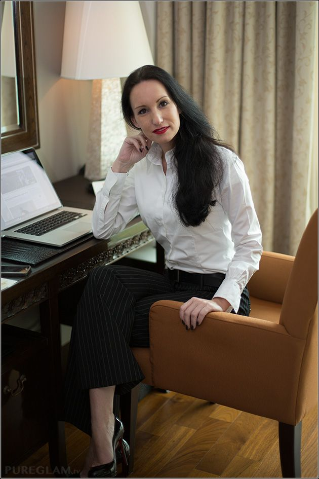 Travelblog - Travelblogger - Business Outfit and Fashion Styling - black pants, blouse, high heels