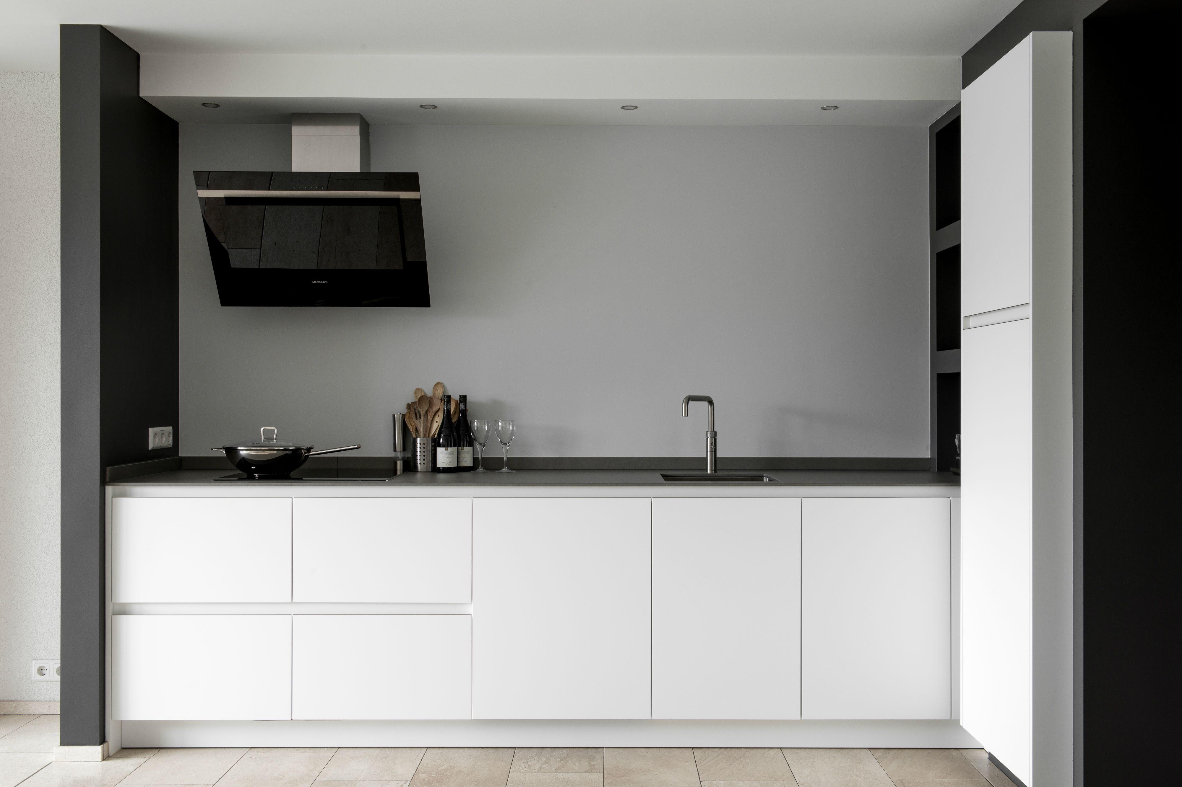 Strakke moderne keuken met siemens apparatuur witte fronten