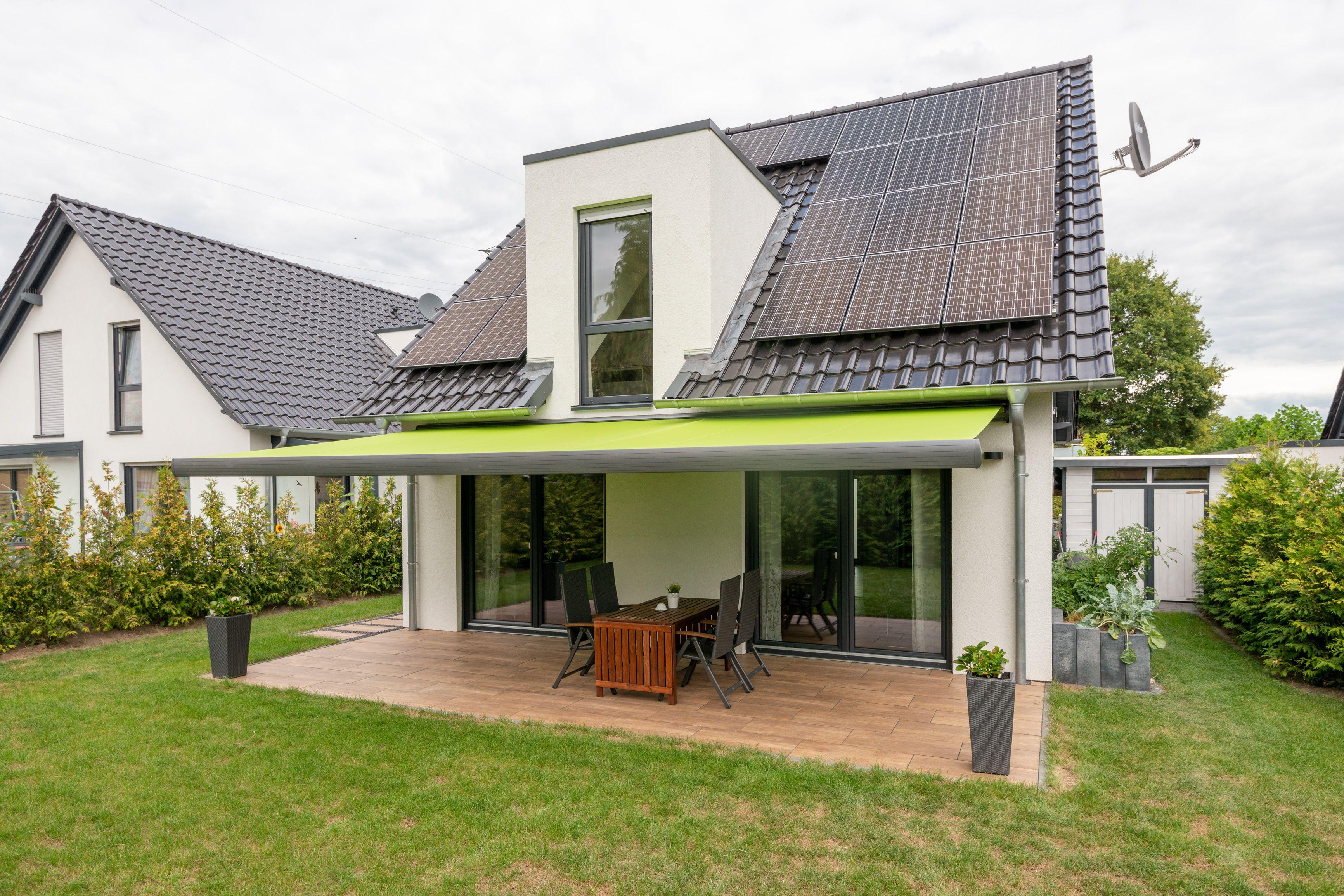 Modernes haus mit ma gefertigter markise f r die terrasse for Modernes haus terrasse
