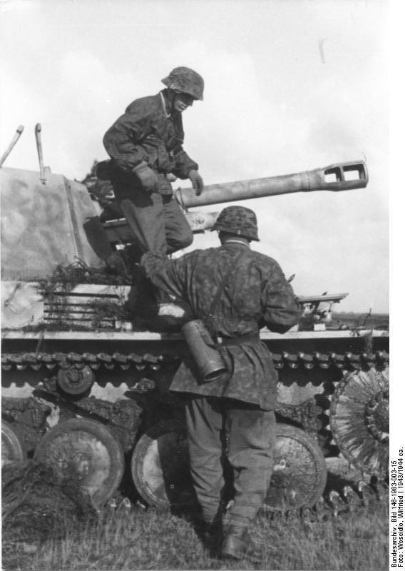 https://flic.kr/p/9iY3kC | 10,5 cm le.FH 18/2 Fahrgestell auf Geschützwagen PzKpfw II « Wespe » (Sd.Kfz. 124) | Deutsches Bundesarchiv Bild 146-1983-003-15  Zwei Soldaten vor Panzerhaubitze Wespe (leichte Feldhaubitze 18/2 auf Fahrgestell Panzer II (Sf) Wespe, (Sd.Kfz. 124))