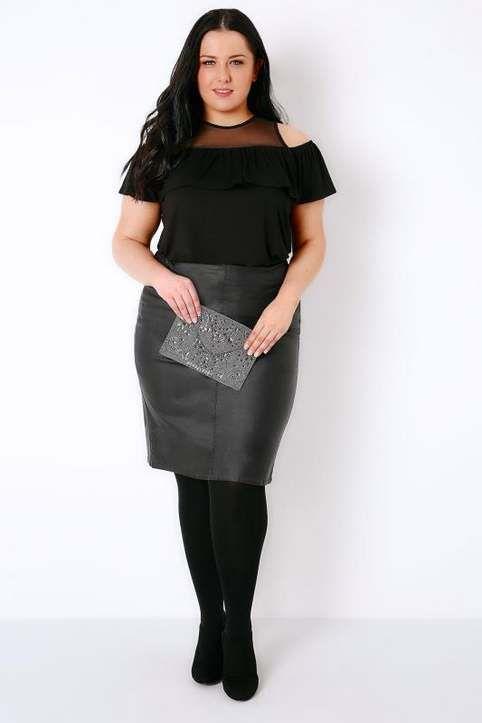 Полная девушка в черной юбке