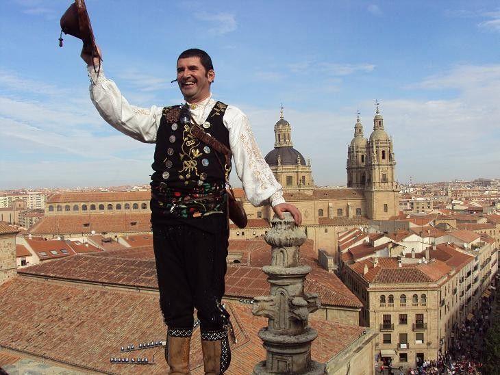 El traje charro salmantino es una mezcla de traje vasco y andaluz y lo que imitaban los campesinos, 'los charreros', de la vestimenta de la nobleza europea.