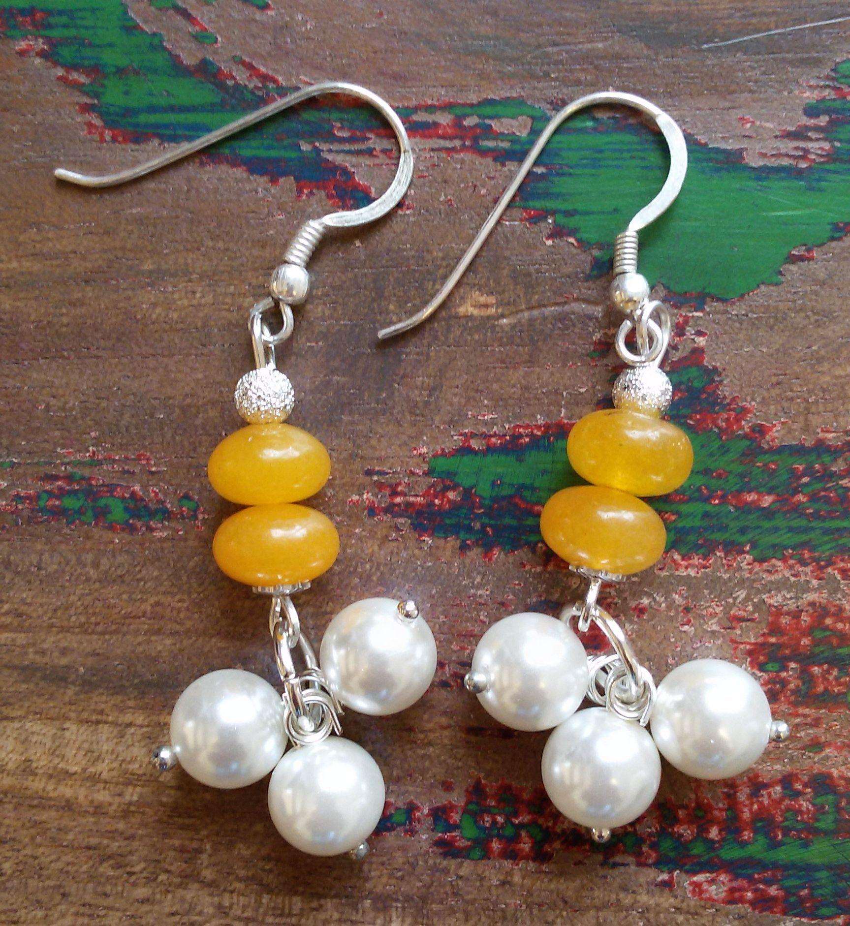 Orecchini in argento con perline e pietre dure.