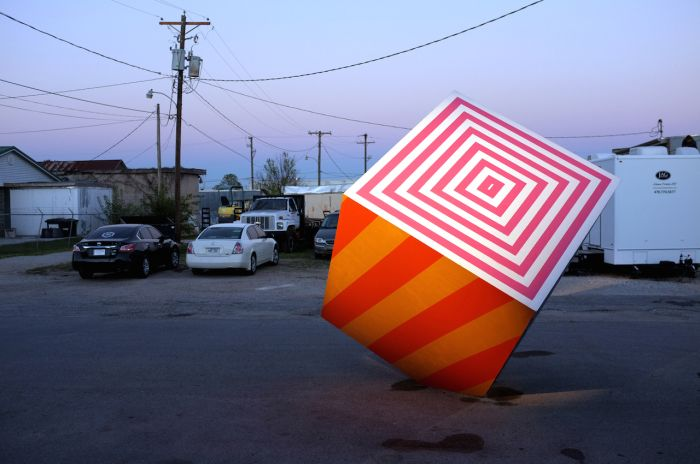 Сюрреалистический куб посреди городской улицы.В работах Maser, иллюстратора, свободного художника, яркого представителя уличного искусства,-- всегда много полос и геометрических форм. полос и строгих геометрических форм