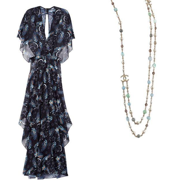 Collier sautoir et robe longue décolletée