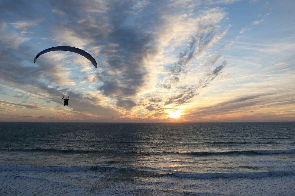Volando hacia el sol y es que a veces uno no quiere que acabe el día | Propuesta: ver el atardecer vale la pena estar presente en ese momento casi mágico #parapente #paragliding #volar #fly #sol #sun #atardecer #sunset #playa #beach