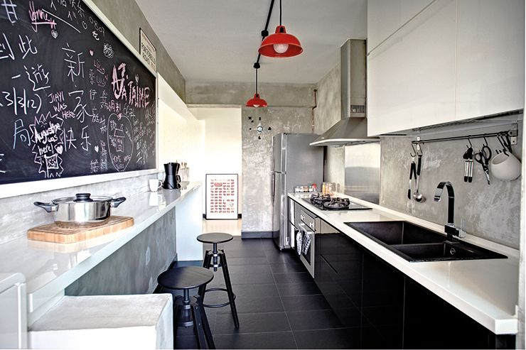 The doodles on the elongated blackboard in the kitchen make the space feel like a cafe. Red lampshades add life and colour.