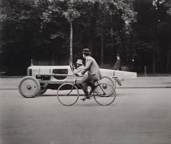 Jacques-Henri Lartigue : Une Voiture de Course Singer, Avenue des Acacias, Paris, 1912