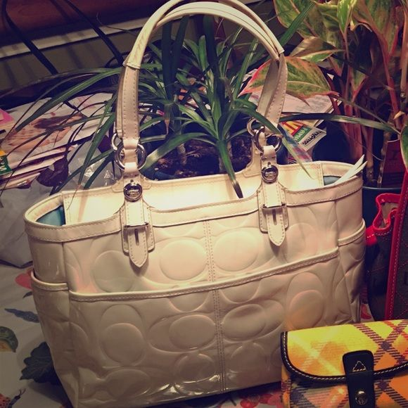 Off White Patent Leather Coach Bag Please Read Measures 11 W X 9 5 T 4 D Has Few Markings On The