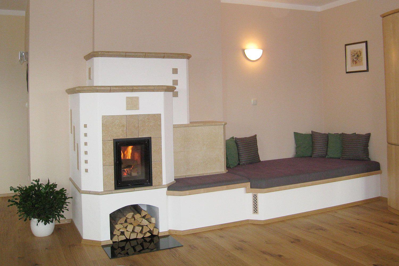 Kachelofen mit sitzfenster und couch gebaut von ok hafnermeister greisberger kachelofen - Ofen im wintergarten ...