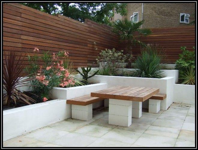 parpaings d coratifs blancs servant de piliers pour une table d 39 ext rieur en bois et ses bancs. Black Bedroom Furniture Sets. Home Design Ideas