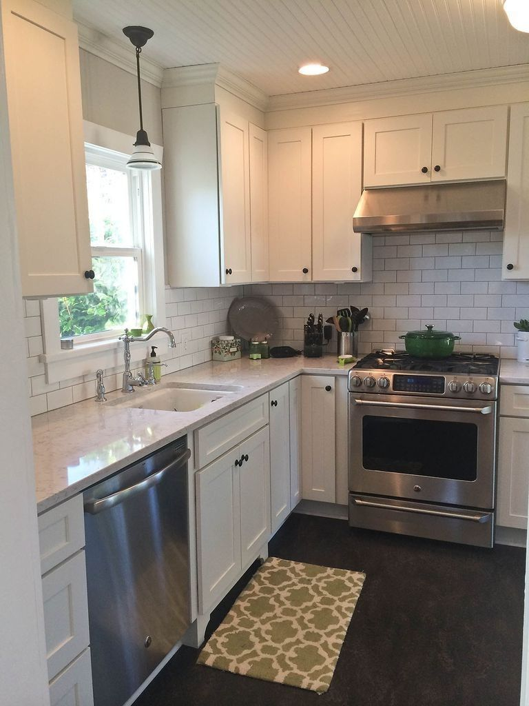 White Kitchens May Not Be Disappearing At Any Time Soon But Traditional Does Not Have To Mean Unexcit New Kitchen Cabinets Kitchen Layout Kitchen Design Small