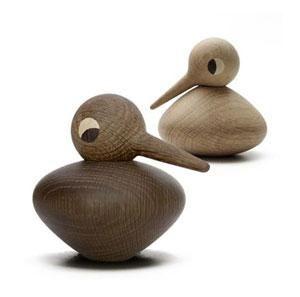 I 1959 designede Kristian Vedel den lille fuglefamilie af træ, som hurtigt blev meget populær. BIRDS er idag blevet reproduceret og bliver håndlavet i Danmark. Hver fugl består af to dele(hoved og krop). På denne måde er det nemt at få fuglen til at skabe sit eget udtryk, med næsen i sky eller lidt mut med hovedet nedad. http://designklassikershop.dk/shop/architectmade-bird-buttet-193p.html