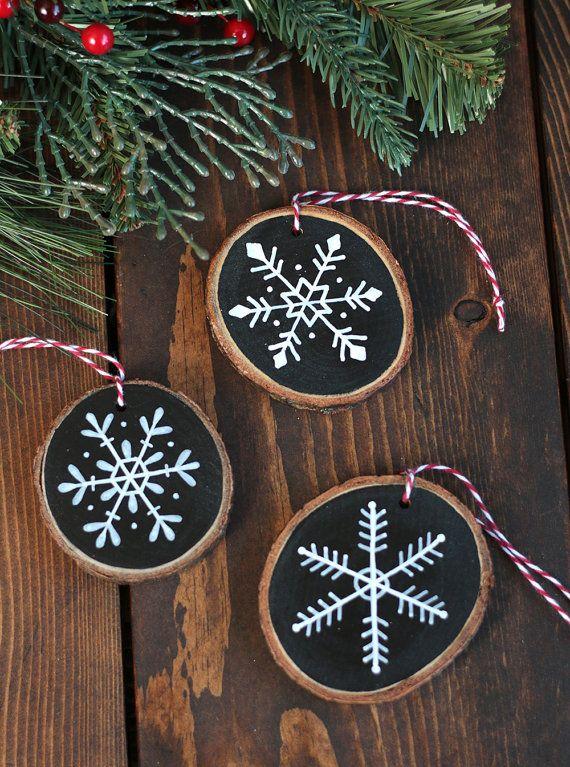 Ähnliche Artikel wie Personalisierte Ornament, Schneeflocke Ornament, Holz-Scheibe-Verzierung, von Hand bemalt Ornament, benutzerdefinierte Ornament, rustikale Christbaumschmuck auf Etsy #rusticchristmas