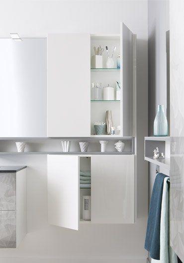Optimisation des rangements dans une salle de bain nichée sous les