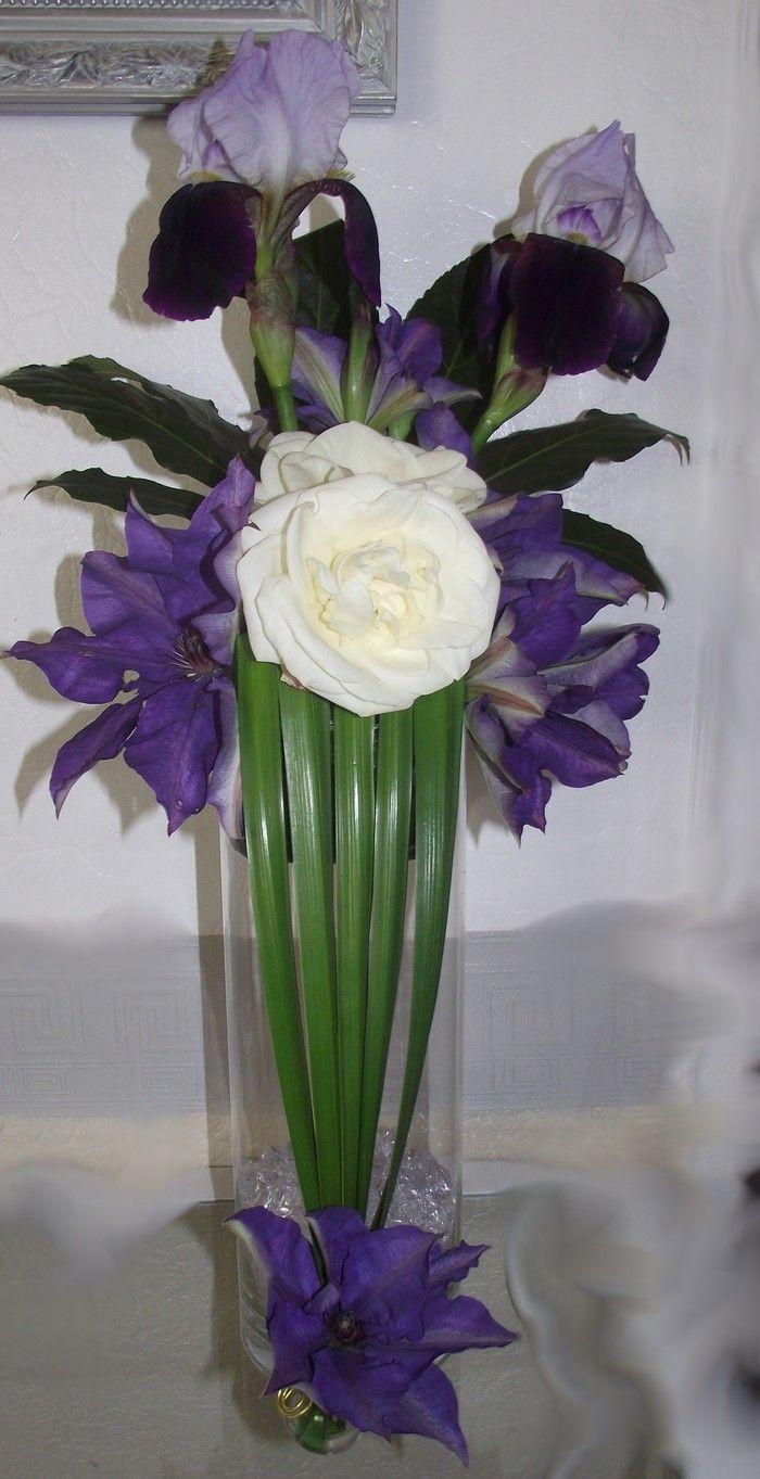 composition florale elle est faite avec des iris cl matites et roses blanches un grand vase. Black Bedroom Furniture Sets. Home Design Ideas