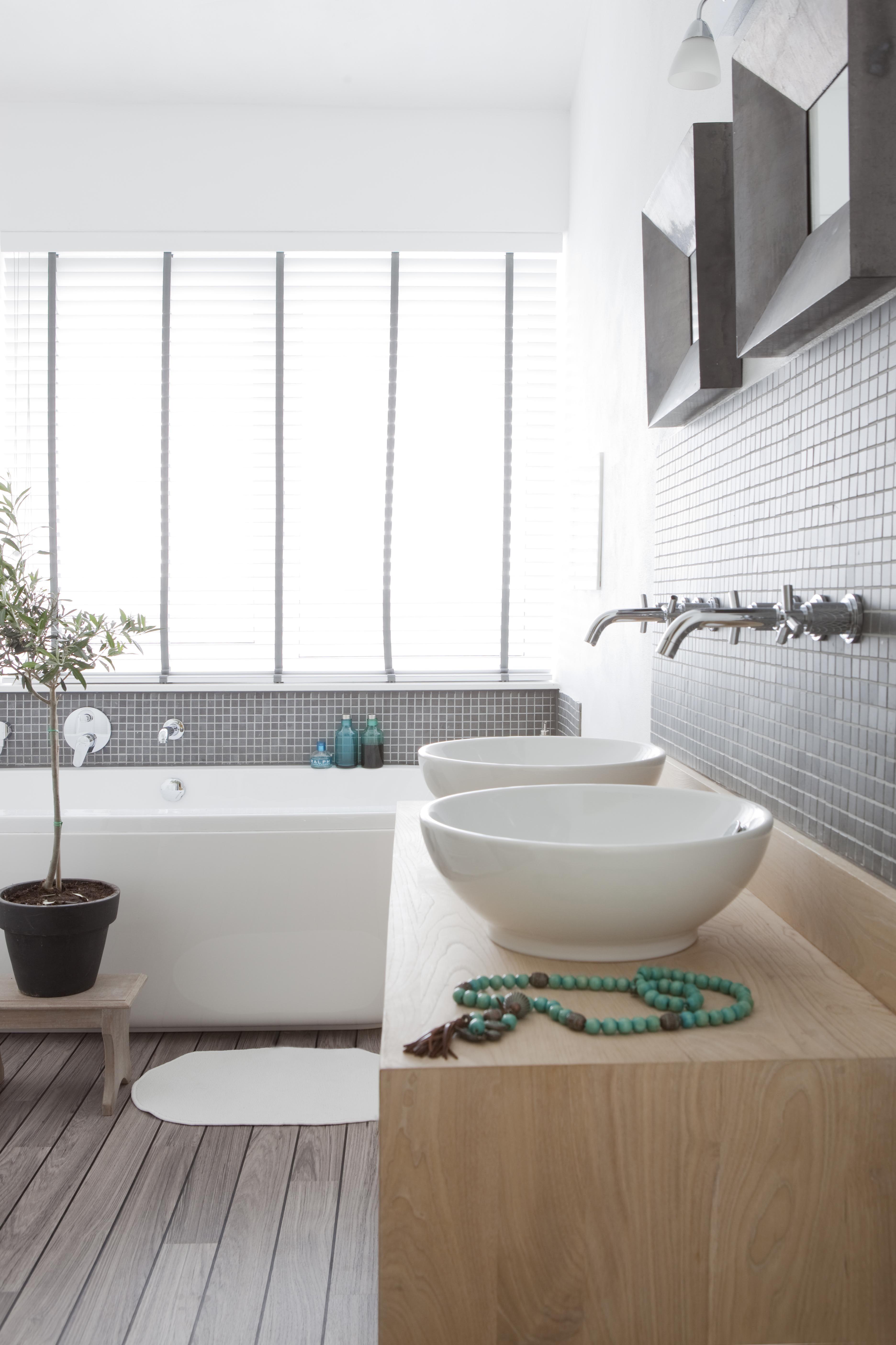 Badkamer met houten wastafel en mozaiek | Badkamer | Pinterest ...