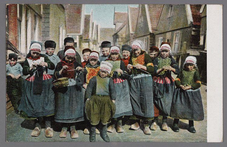 Groep breiende kinderen Marken 1895-1910 A group of knitting children, 1895 - 1910 Marken - The Netherlands