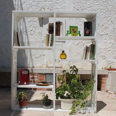 Scaffale libreria ricavata da vecchie imposte in legno per for Imposte finestre