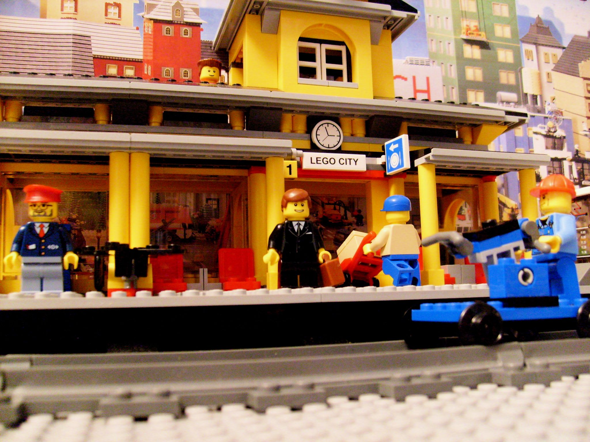 Lego 7997 1 Train Station 2007 This Set Gave Me My Town S Second Ever Platform Meaning That Passengers Didn T Have To Get Off Wh Lego City Lego My Town