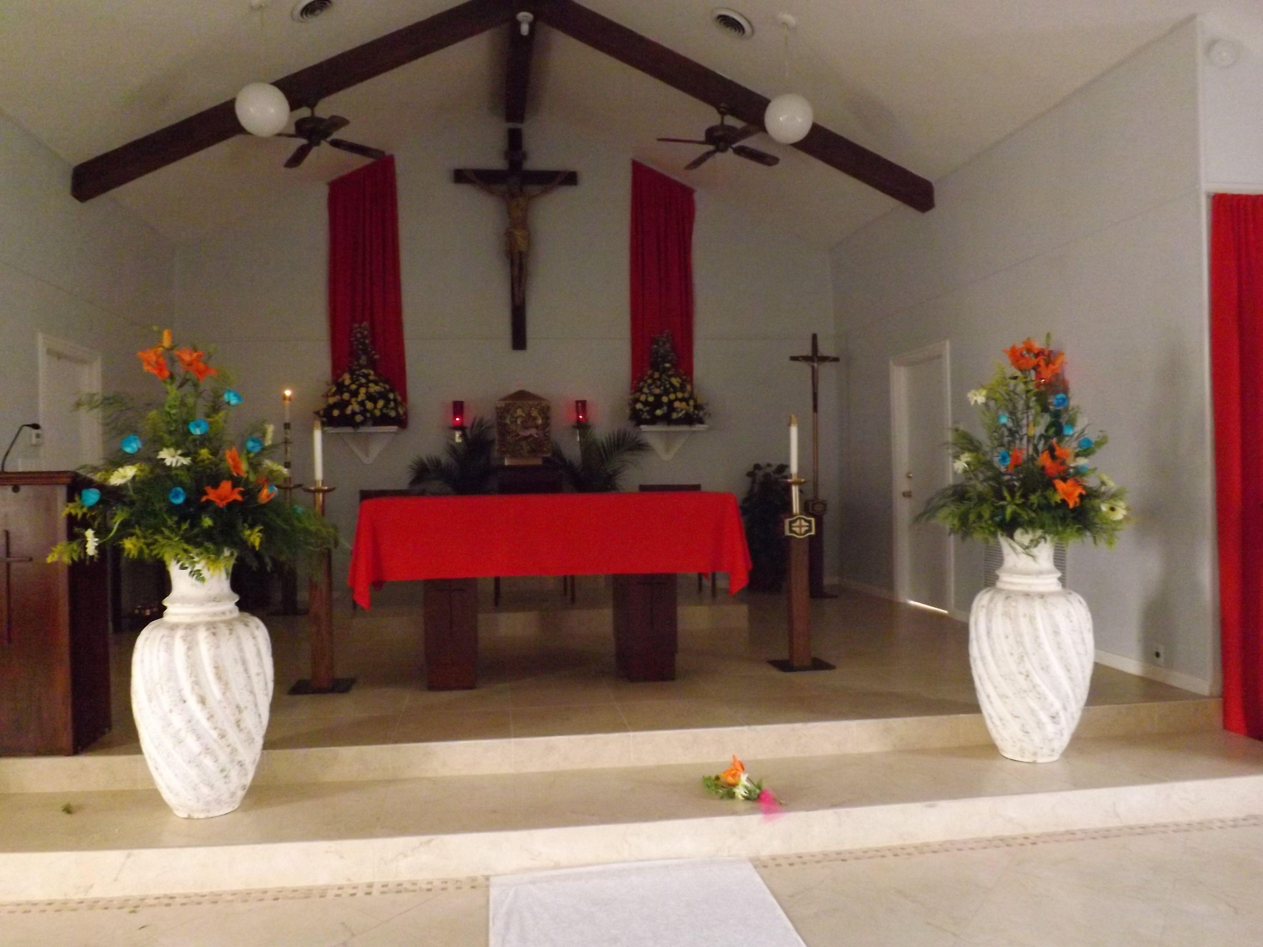 Columnas con flores en el altar decoracion de una xv - Decoracion de jarrones con flores artificiales ...