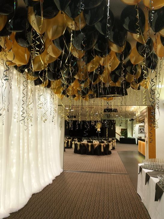 30 Magnificent Gold And Black New Years Eve Party Decor Ideas In 2020 Gold Birthday Party Gatsby Party Decorations Black And Gold Party Decorations