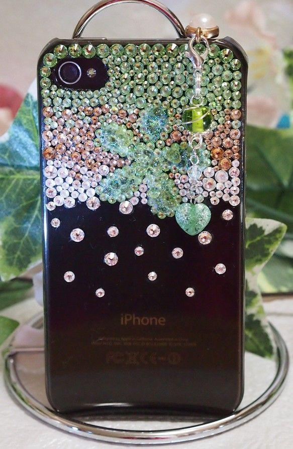 スワロフスキーとペリドットでデコレーションしたiPhone4/4S用ケースです。ワイヤー加工ビーズとカット水晶・ハートのグリーンクラッククオーツのスマホピアス...|ハンドメイド、手作り、手仕事品の通販・販売・購入ならCreema。
