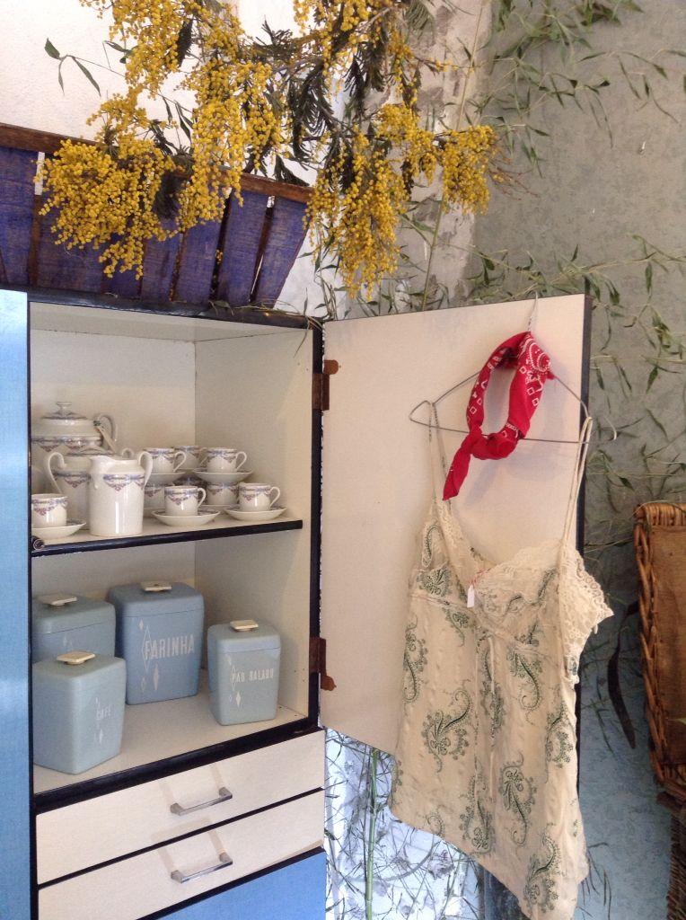 Mueble de formica, juego de café de porcelana de Limoges, juego de cocina setentero, barcal de madera y top de Three Shop Vintage